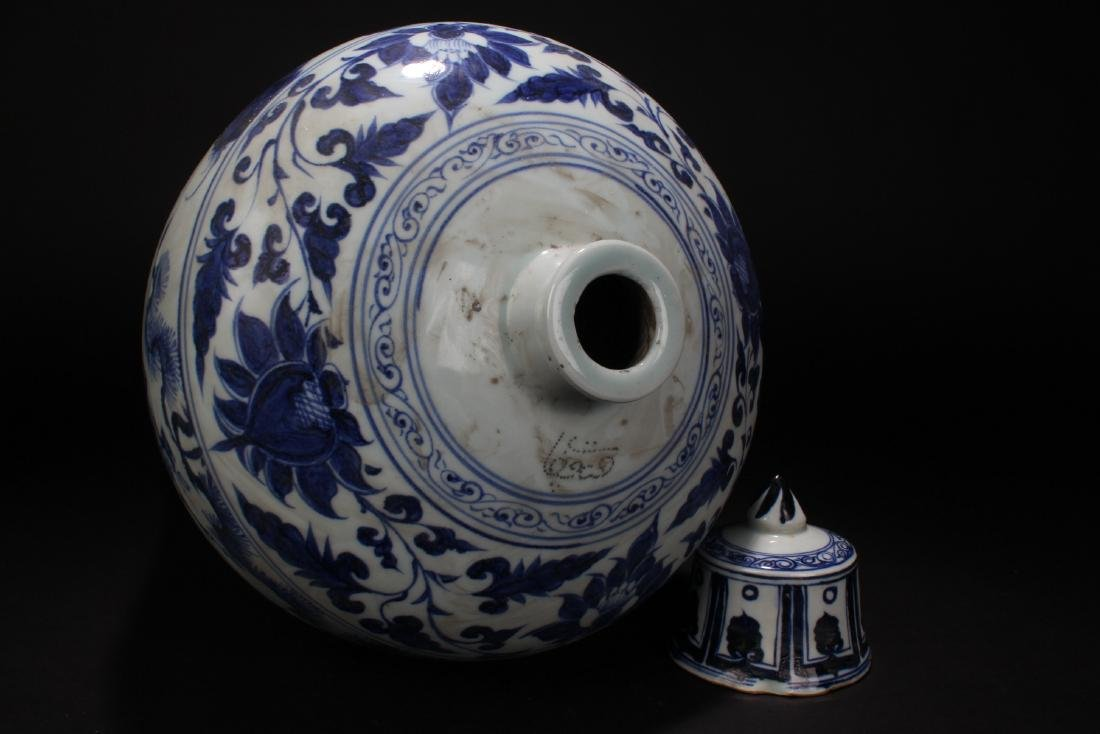 A Chinese Blue and White Lidded Porcelain Vase Display - 7