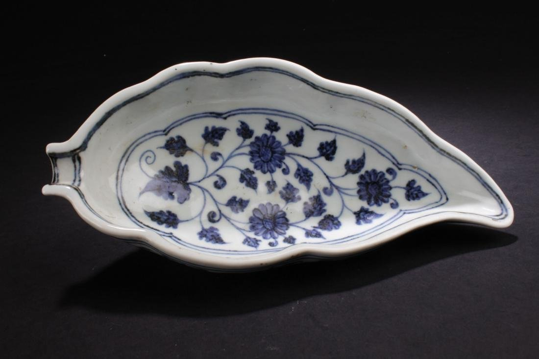 A Chinese Blue and White Porcelain Dish-wash Display - 5
