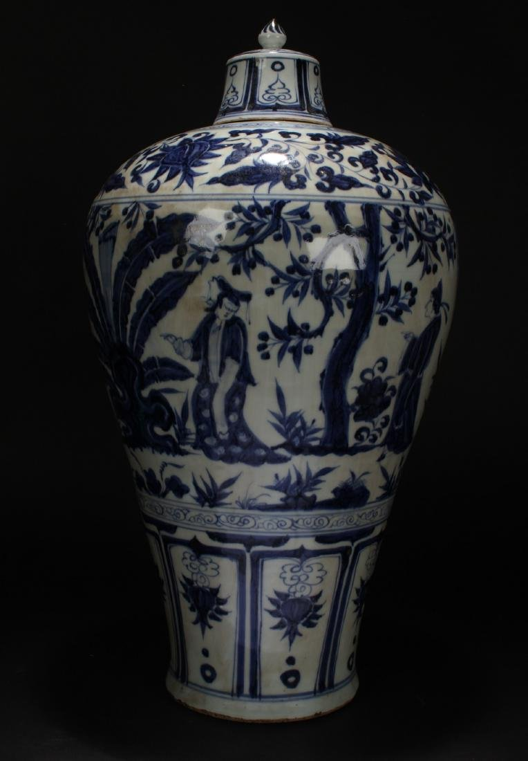 A Lidded Chinese Blue and White Porcelain Vase Display - 4