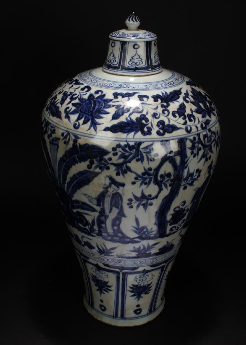 A Lidded Chinese Blue and White Porcelain Vase Display - 5