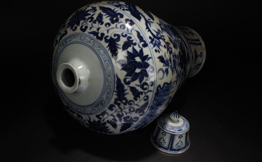 A Lidded Chinese Blue and White Porcelain Vase Display - 6