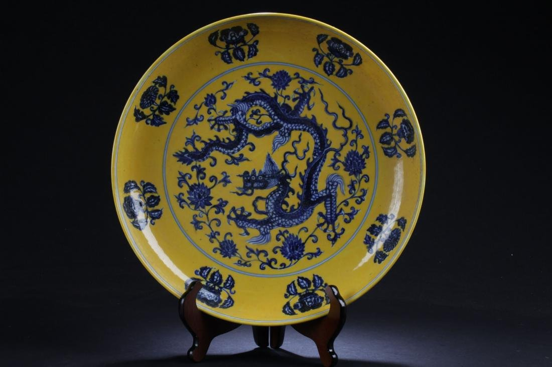 A Chinese Dragon-decorating Yellow Porcelain Plate
