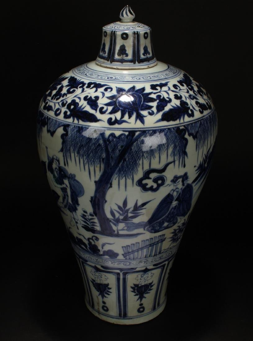 A Chinese Blue and White Porcelain Vase Display