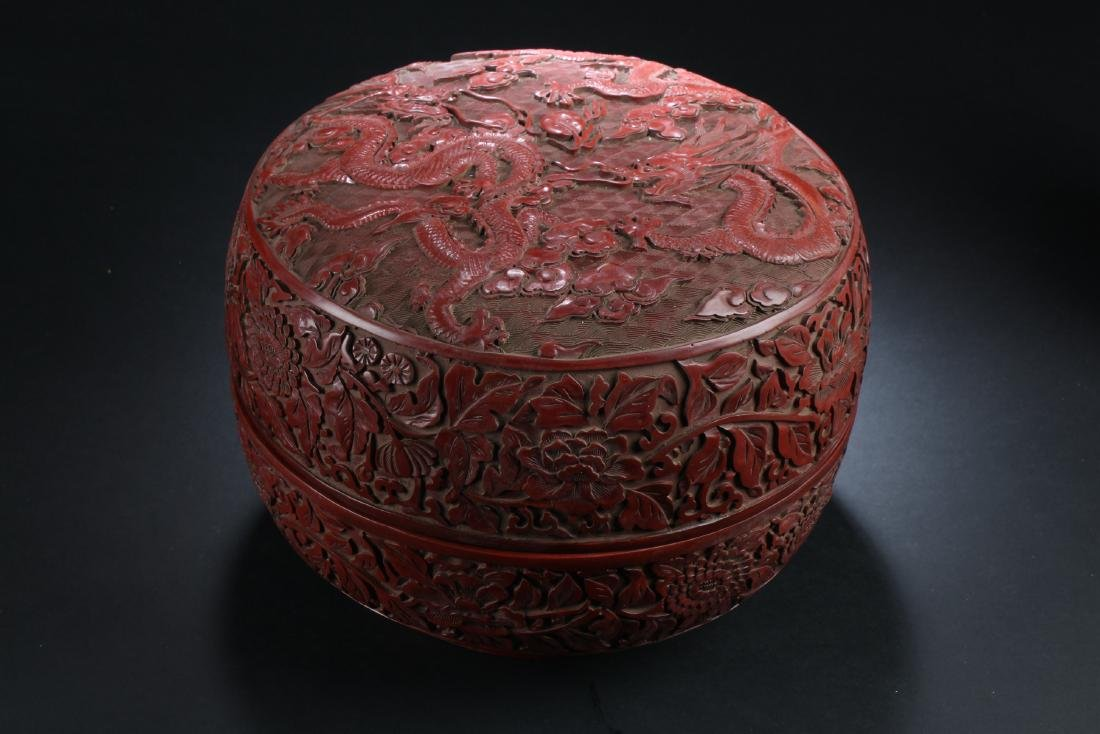 A Lidded Chinese Estate Dragon-decorating Lacquer Box
