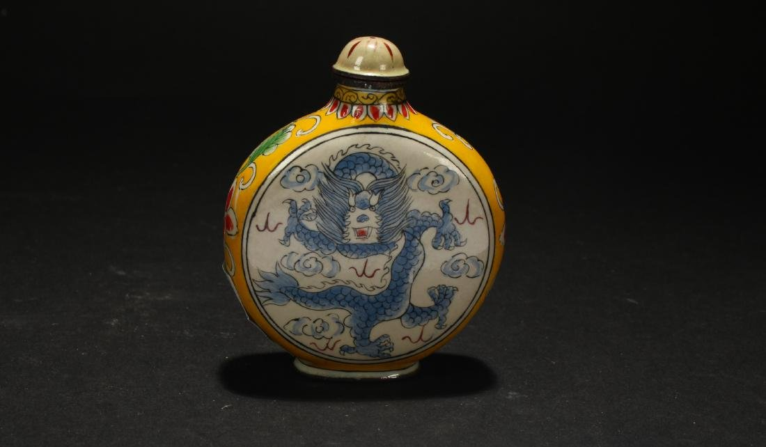 A Chinese Dragon-decorating Estate Snuff Bottle