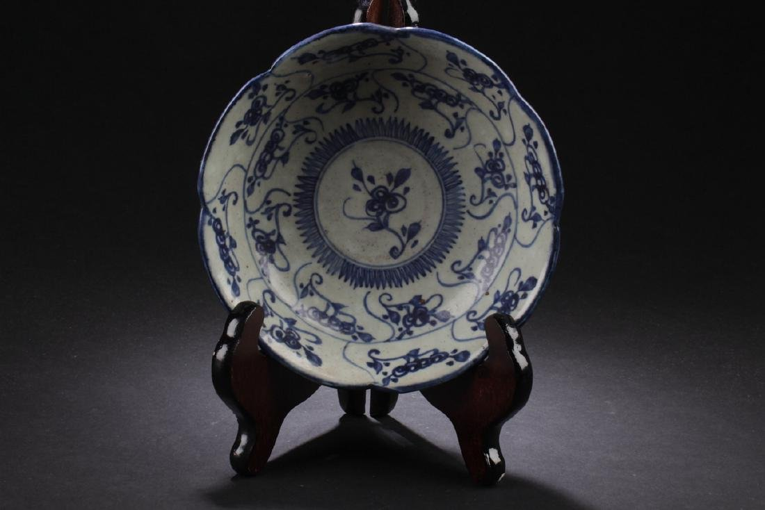 A Chinese Plant-fiilled Porcelain Plate