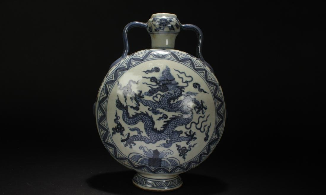 A Chinese Blue and White Dragon-decorating Estate