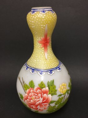 An Overlay Chinese Flower Decorating Vase
