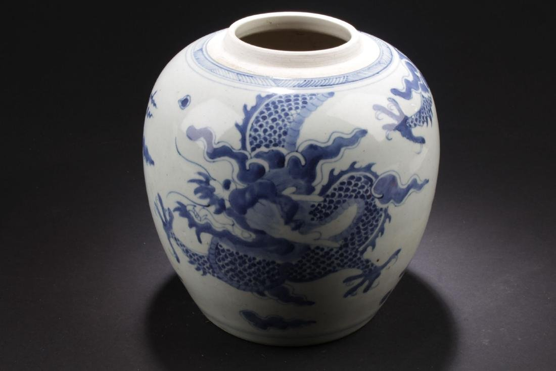 A Dragon-decorating Estate Porcelain Vase