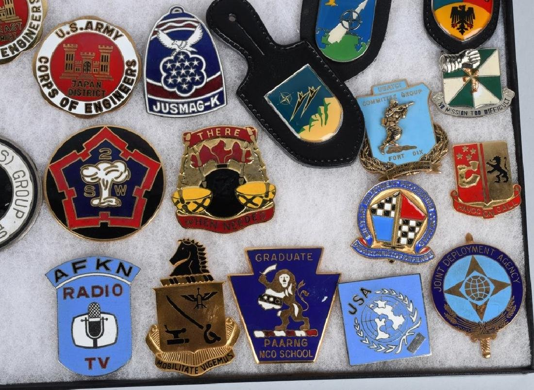 UNITED STATES MILITARY INSIGNIA AND PLAQUE LOT - 5