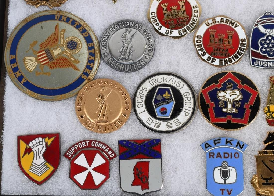 UNITED STATES MILITARY INSIGNIA AND PLAQUE LOT - 6
