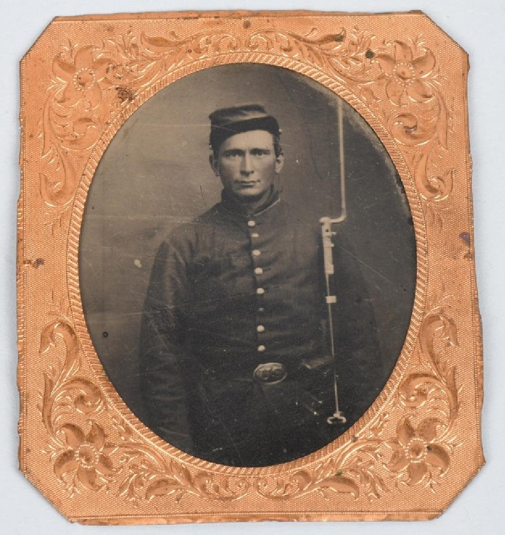 CIVIL WAR 1/6TH PLATE TINTYPE ARMED UNION SOLDIER
