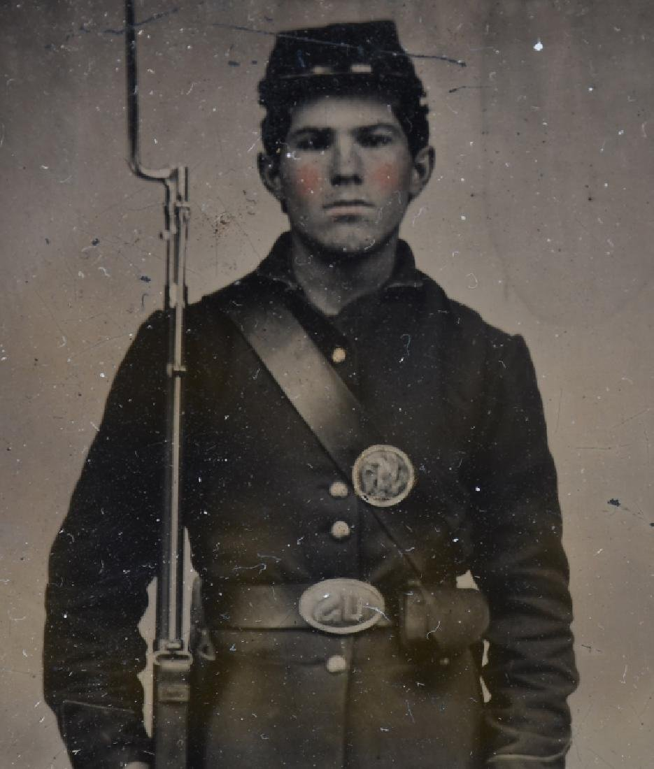 CIVIL WAR US 1/4 PLATE TINTYPE ARMED UNION SOLDIER - 2