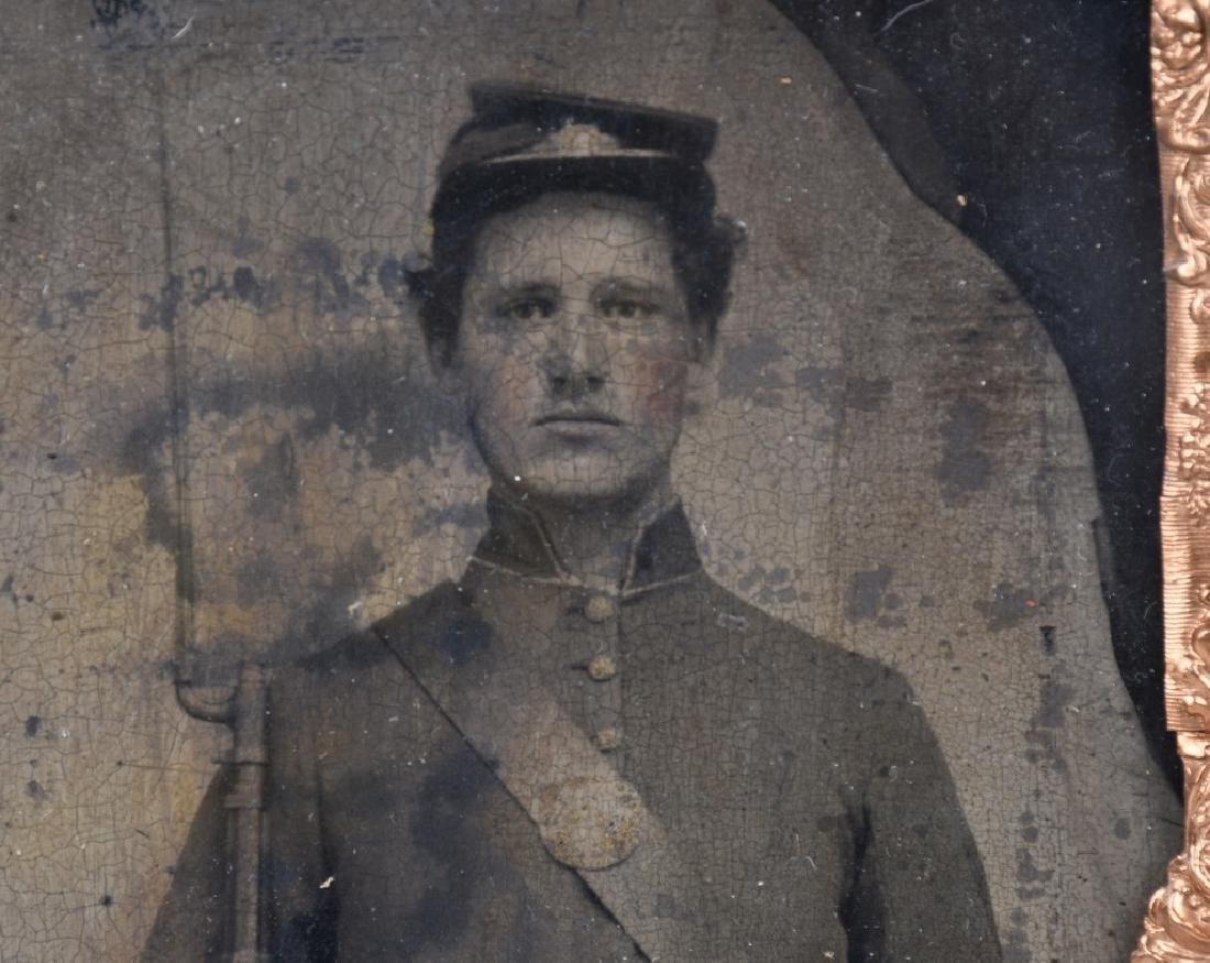 CIVIL WAR 1/2 PLATE TINTYPE ARMED UNION SOLDIER - 2