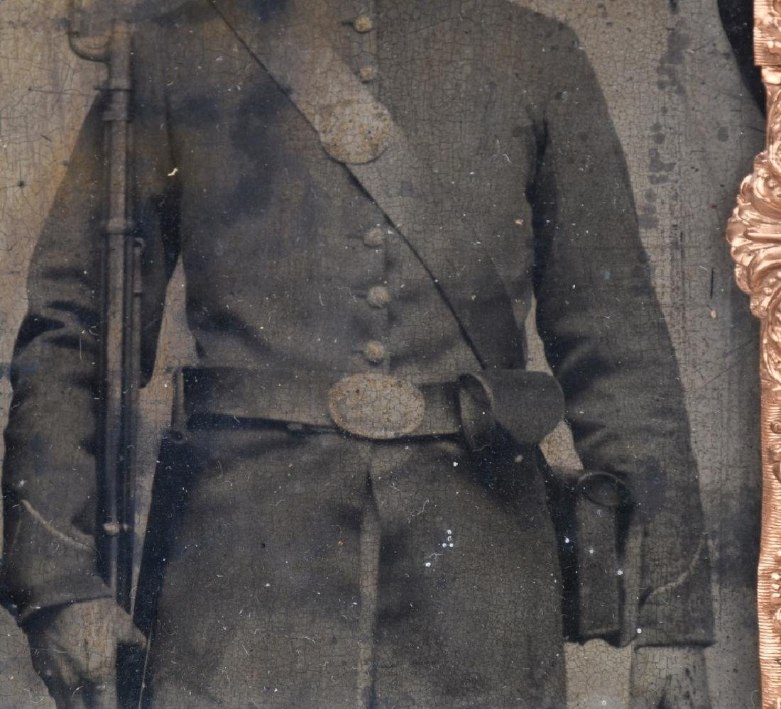 CIVIL WAR 1/2 PLATE TINTYPE ARMED UNION SOLDIER - 3