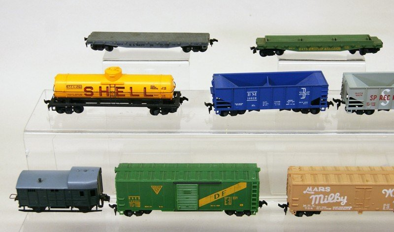 Lot of Twenty-six HO Pieces, Engines, Trolleys, Freight - 3