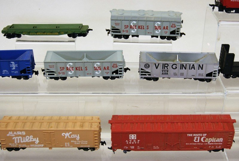 Lot of Twenty-six HO Pieces, Engines, Trolleys, Freight - 4