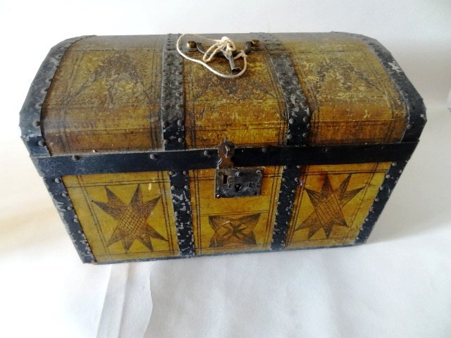 Late 19th Century Humpback Doll Trunk - 4