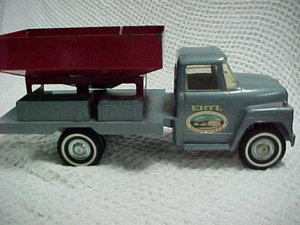16: Ertl International loadstar grain truck