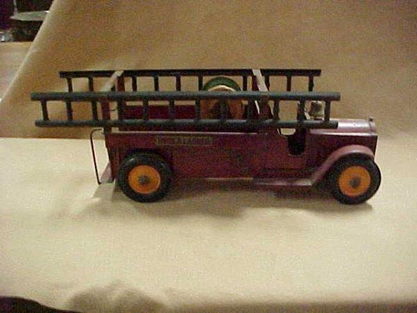 1581: 1920's Structo Fire ladder truck original condit