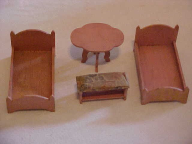 21: 4 Pieces of pink doll house furniture