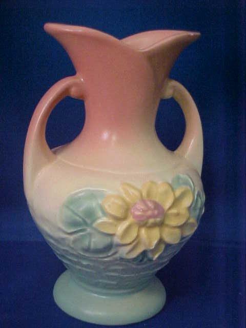 4009: Signed Hull pottery vase.