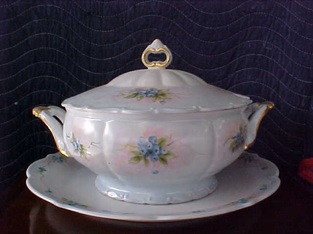 Signed Pearl Carson 1980 handpainted turine w/plate