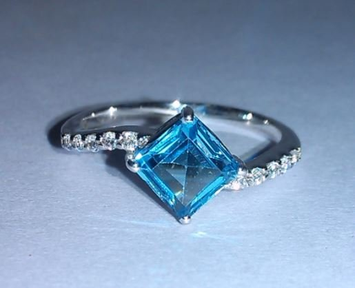 1.870g Ring of Blue Topaz and CZ Sterling 925 Silver