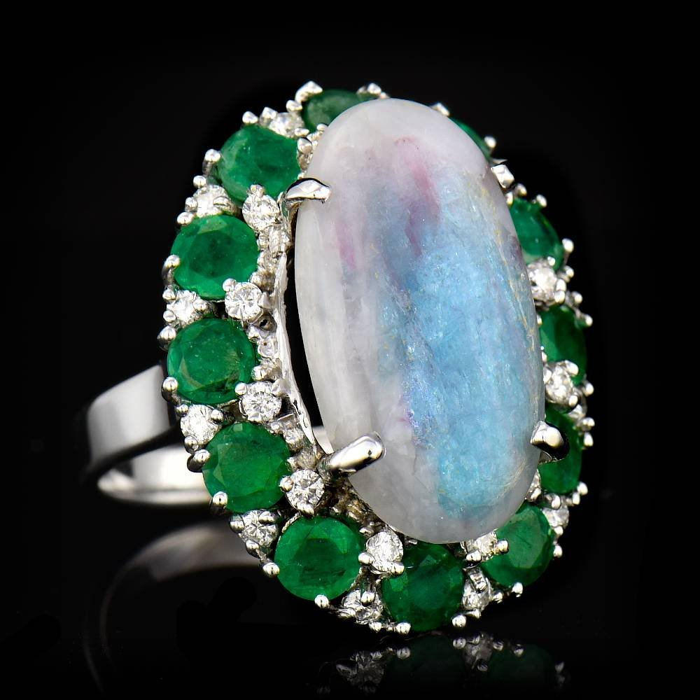 ONE CENTER OVAL SHAPE FINE NATURAL COLOMBIAN EMERALD
