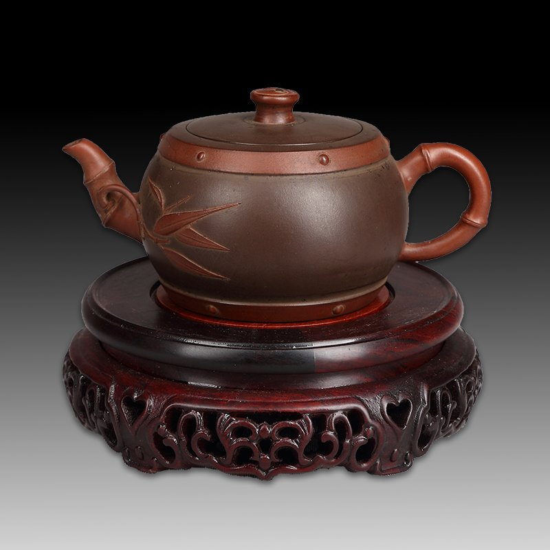 Chinese zisha teapot and cover.(Mark of Ji Weilong)