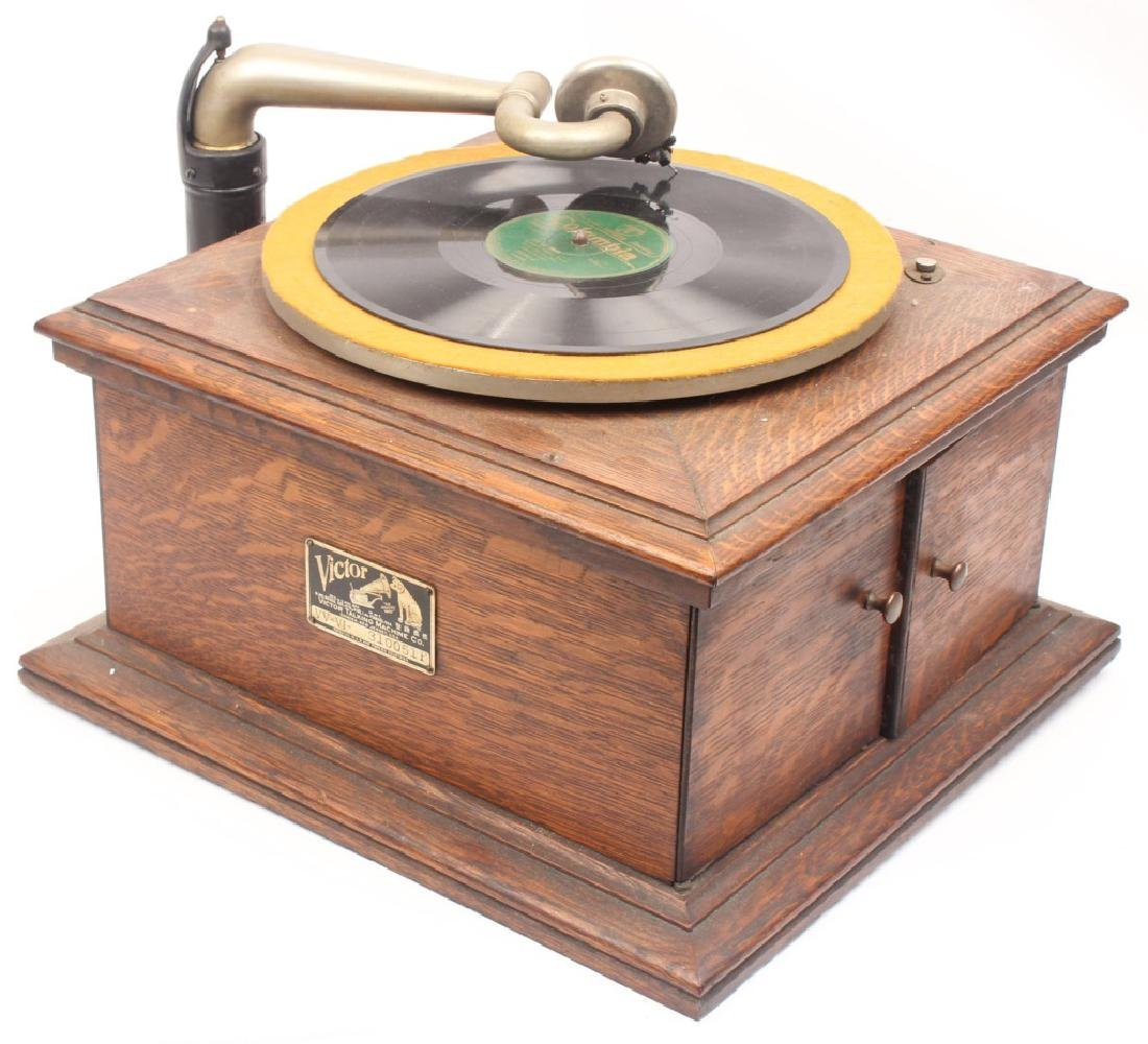 EARLY 20TH CENTURY WOODEN VICTOR TALKING MACHINE