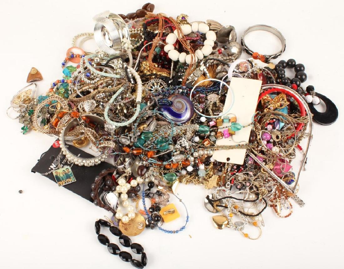 6.50 LBS OF LADIES COSTUME JEWELRY