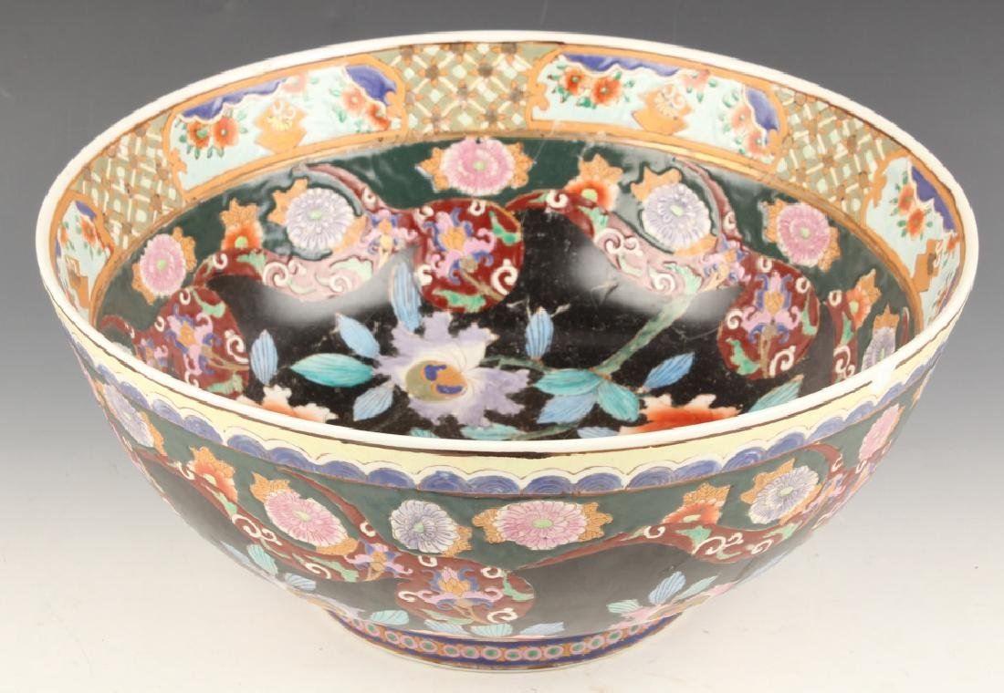 CHINESE FAMILLE NOIRE FLORAL BOWL WITH GOLD ACCENT
