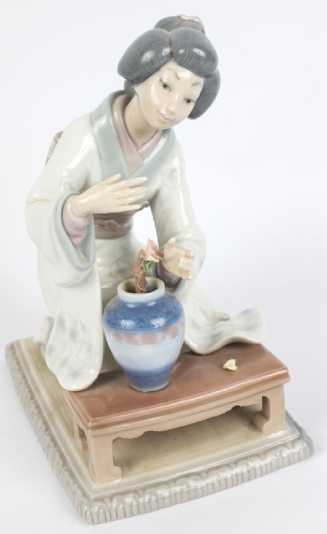 LLADRO SPAIN PORCELAIN FEMALE FLOWER FIGURINE