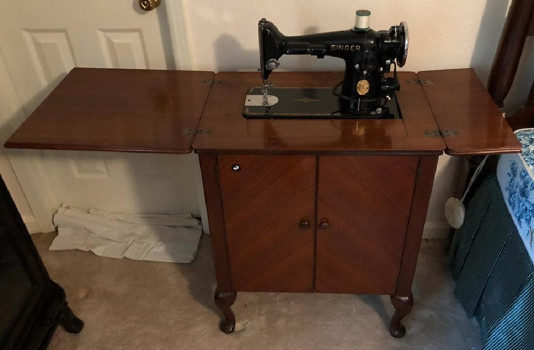 SINGER SEWING MACHINE IN WOOD SEWING CABINET