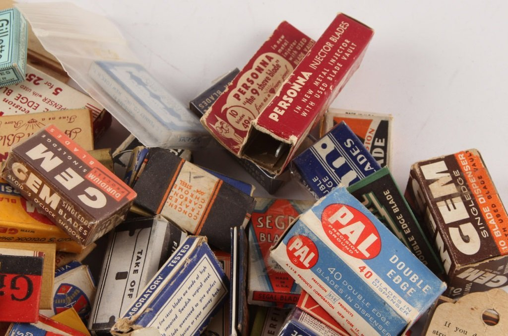 MIXED LARGE LOT OF SAFETY RAZOR BLADE PACKETS - 3
