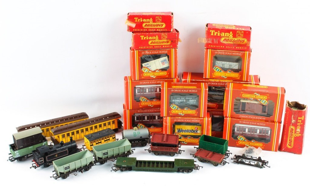 LOT OF HORNBY RAILWAYS & TRI-ANG MODEL TRAINS