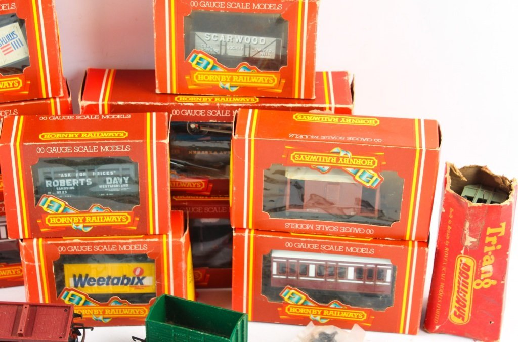 LOT OF HORNBY RAILWAYS & TRI-ANG MODEL TRAINS - 4