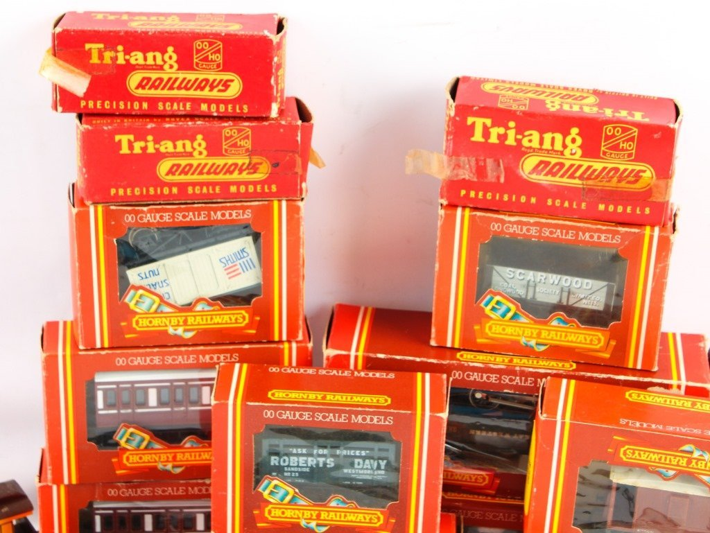LOT OF HORNBY RAILWAYS & TRI-ANG MODEL TRAINS - 5
