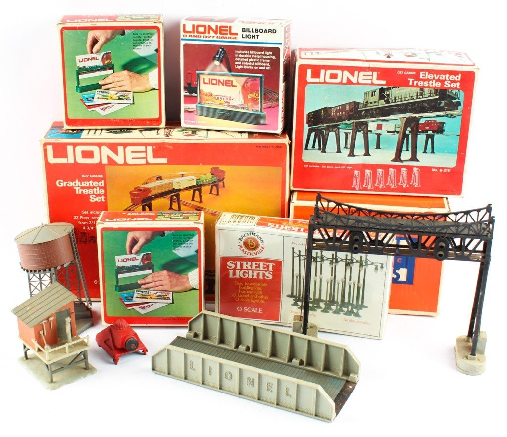 LOT OF LIONEL TRAIN ACCESSORIES