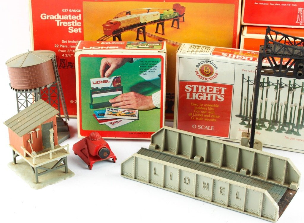 LOT OF LIONEL TRAIN ACCESSORIES - 5