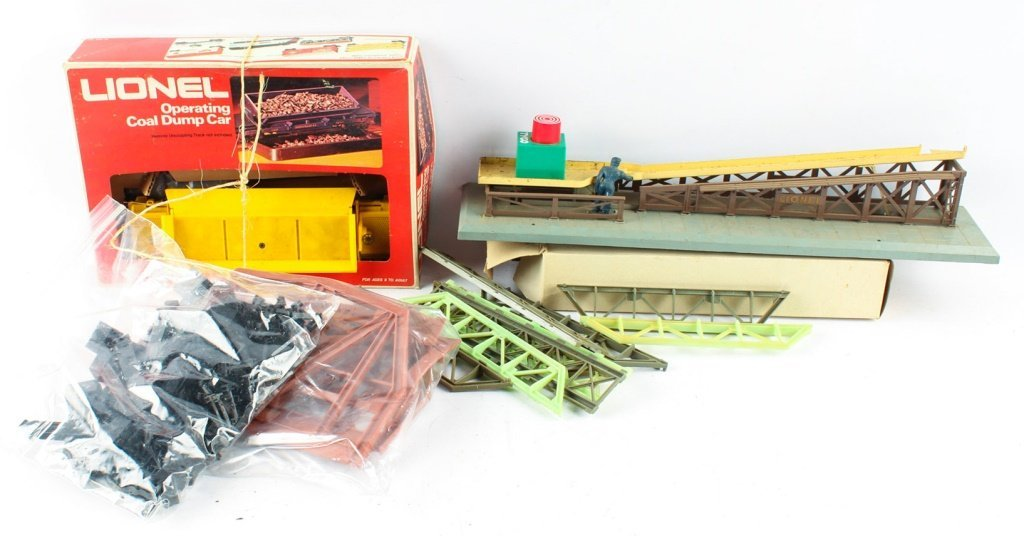 LOT OF TWO LIONEL TRAINS & TWO LIONEL ACCESSORIES