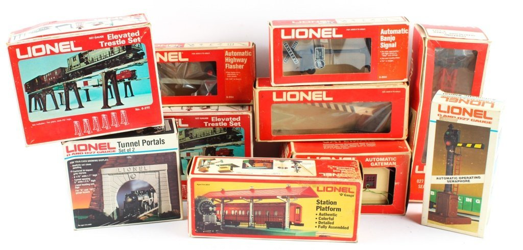 LARGE LOT OF LIONEL TRAIN ACCESSORIES