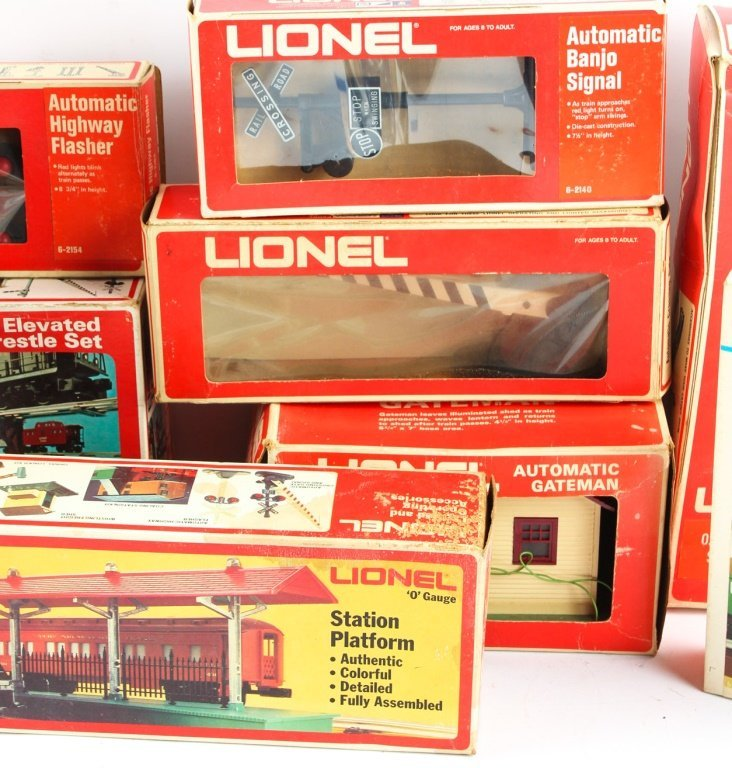 LARGE LOT OF LIONEL TRAIN ACCESSORIES - 3