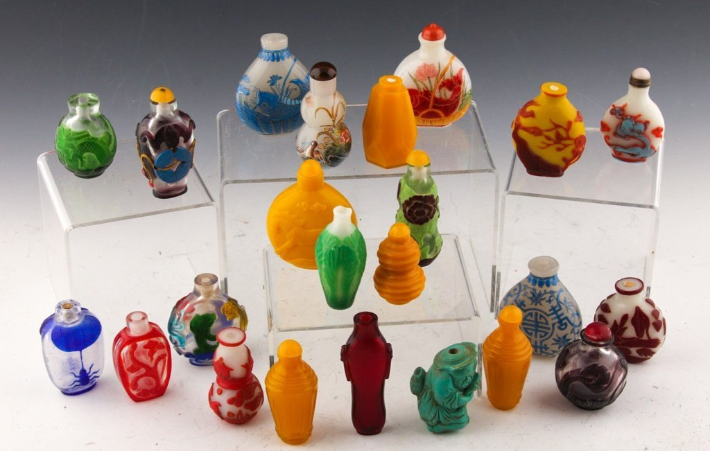 23 CHINESE PAINTED & PEKING GLASS SNUFF BOTTLES
