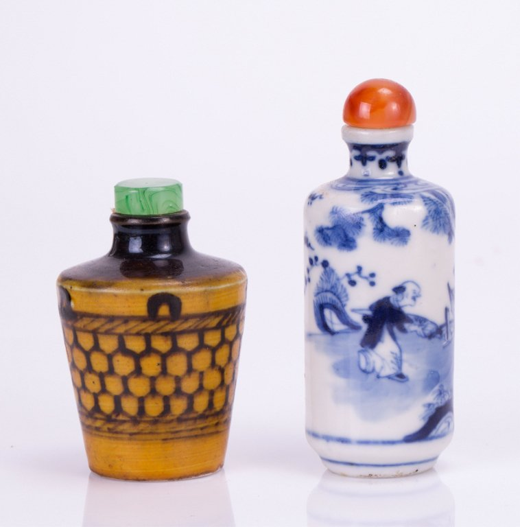 TWO CHINESE PORCELAIN SNUFF BOTTLE