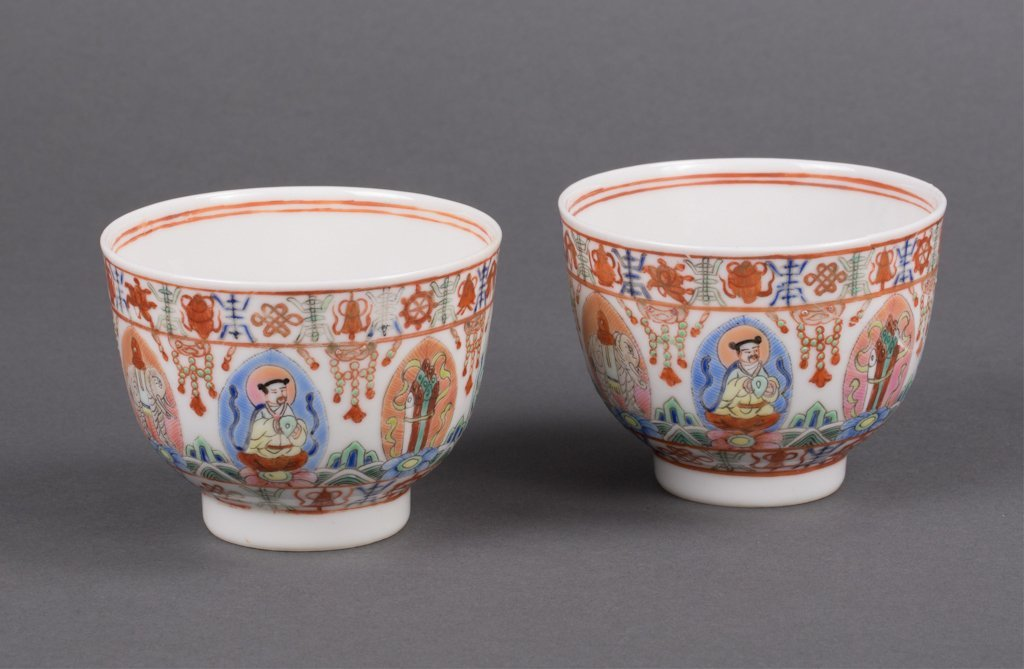 A PAIR OF PORCELAIN WINE CUPS WITH BUDDHA SCENE