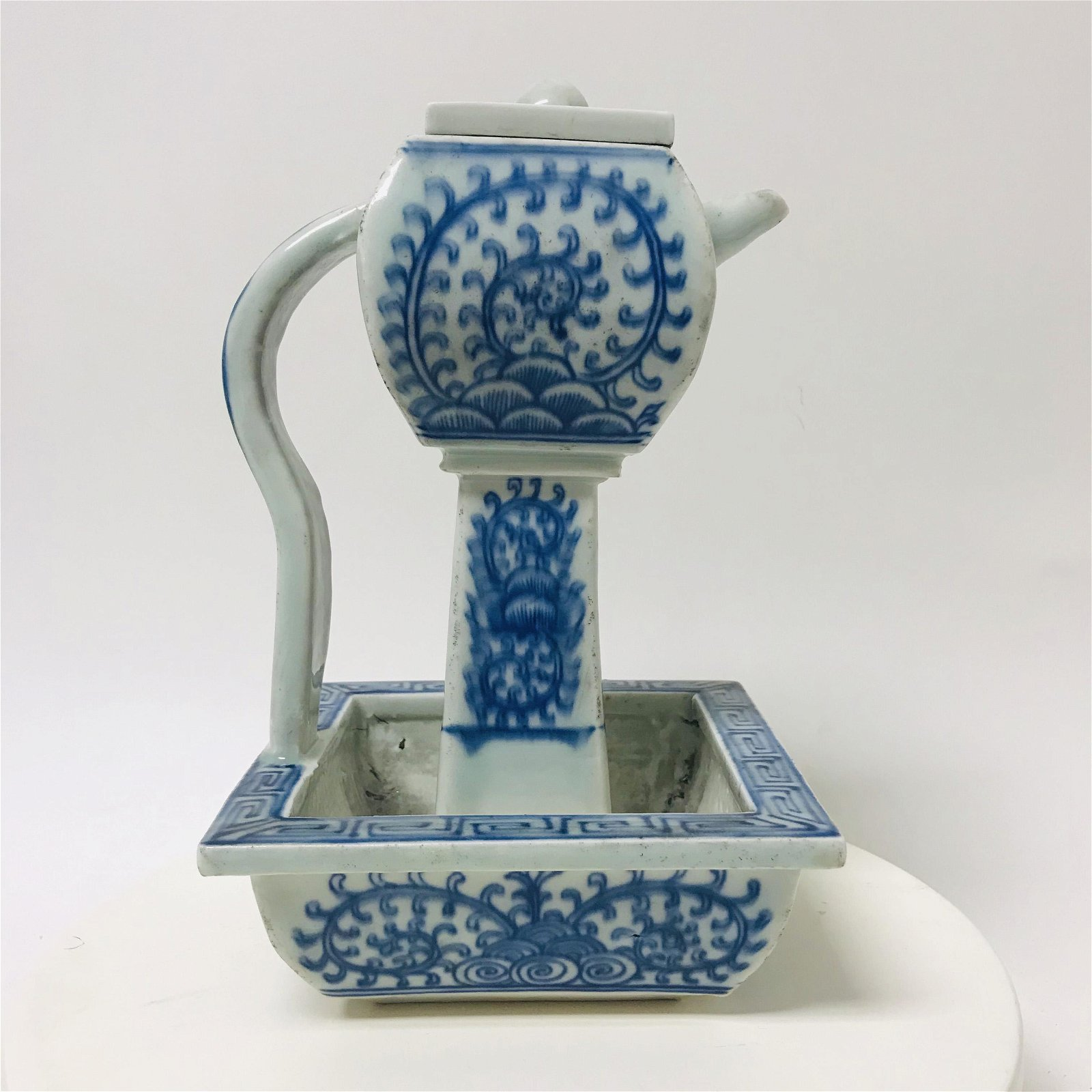Qing dynasty blue and white porcelain oil lamp pot.