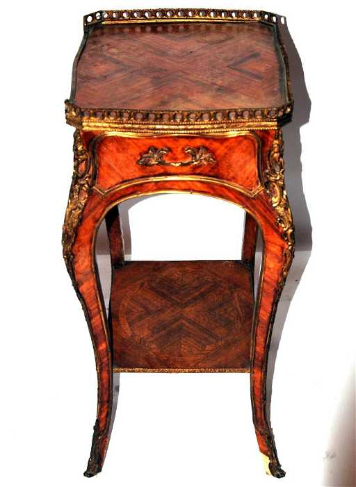 tavolino in bois de rose e bronzi in stile Luigi