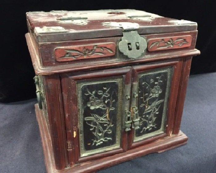 Late Qing Chinese Ladies Making Up Box